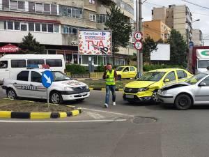 Şoferul aflat la volanul autoturismului Volkswagen Golf a ieşit din parcarea magazinului Lidl în intersecţie, unde a lovit în lateral autoturismul Dacia