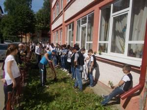 Elevii Şcolii Gimnaziale Nr. 4 Suceava au plantat flori în curtea unităţii