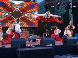 """Ansamblul """"Cervona Kalena"""" din Negostina, aplaudat de mii de spectatori din Republica Moldova"""