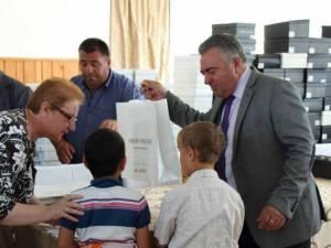 Ilie Niţă a donat în cursul zilei de ieri, în nume personal, 208 perechi de pantofi elevilor care învaţă la Centrul Şcolar de Educaţie Incluzivă din cartierul Burdujeni, din Suceava
