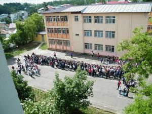 Elevii au realizat, printr-un flash-mob, cifra 1
