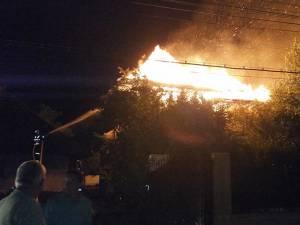 Un incendiu de proporţii, izbucnit în plină noapte, a distrus mare parte din două gospodării din comuna Marginea