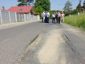 Craterele din asfalt i-au adus la exasperare pe oameni