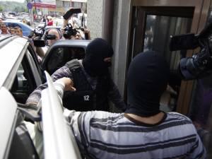 Doi tineri, prinşi în centrul Sucevei cu un colet suspect în care s-ar afla droguri