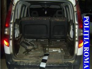 Două maşini ridicate de poliţie din trafic, după ce şoferii au fost prinşi transportând ţigări de contrabandă