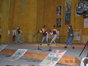 Micii artişti s-au pregătit conştiincios pentru a evolua în faţa spectatorilor