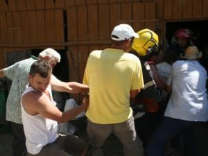 Săteni şi pompieri încercând să scoată tăuraşul din beci