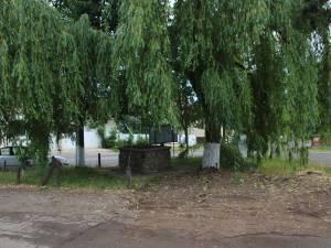 Locul săpat pe spaţiul verde pentru rampa de deşeuri