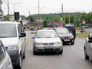 Şoferii erau nevoiţi să intre pe contrasens pentru a ocoli autoturismul staţionat