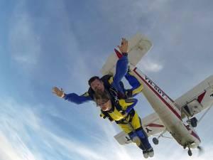 Niculina Cosovanu, un vis împlinit: salt cu paraşuta în tandem. Foto: Transilvania Reporter