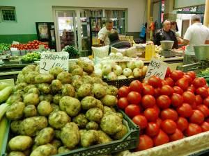 Preţuri afişate, ieri, în Piaţa Mare a Sucevei