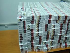 Surprins de poliţişti în timp ce căra aproape 17.000 de pachete de ţigări