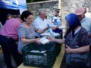 Ion Lungu şi familia sa au oferit 5.000 de sarmale, pâine şi 5.000 de sticle de apă pelerinilor veniţi din toată ţara să se roage la moaştele Sfântului Ioan cel Nou