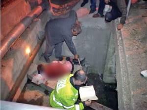 Bărbatul a fost aruncat într-un cămin de scurgere a apei