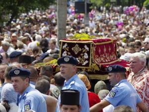 Peste 20.000 de credincioşi au participat la procesiunea cu moaştele Sf. Ioan cel Nou