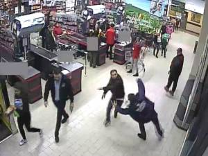 Agentul a fost agresat fără ca mulţimea de oameni din jur să intervină