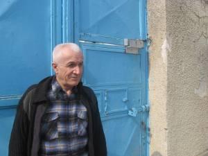 Toader Covali, în 2008, la poarta de la intrarea în curtea interioară a penitenciarului