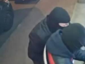 Doi suceveni, acuzaţi de furturi din bancomate, pe care le-ar fi aruncat în aer prin introducerea de gaze inflamabile