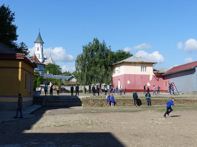 Copii în curtea şcolii din Bosanci
