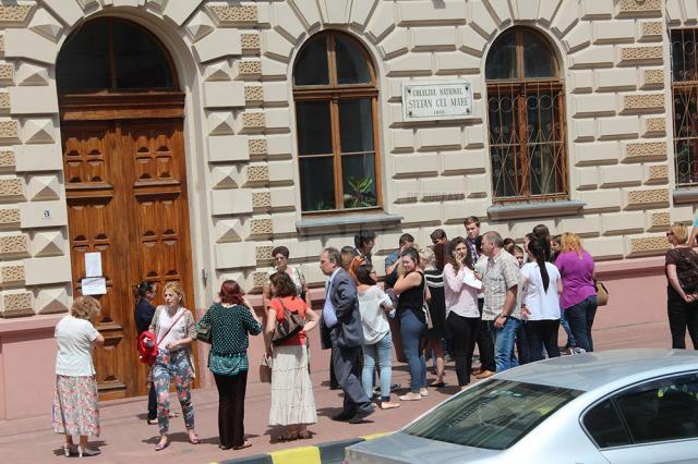 Aproape 6.000 de absolvenţi de liceu din judeţ au susţinut, ieri, prima probă scrisă a examenului, cea de limba şi literatura română