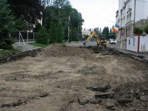 Prin înlocuirea actualului carosabil cu plăci de granit vor fi amenajate și 36 de locuri de parcare pentru autoturisme