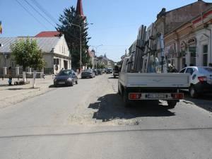 Aşa arată strada Ştefan cel Mare din Rădăuţi, una dintre cele mai importante şi mai circulate