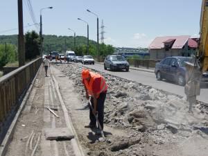 Pe podul de peste râul Suceava de la Iţcani o  bandă de mers este blocată de lucrări