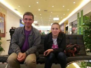 Elena Andreea Macovei şi unul din tinerii care a reclamat-o, la una din întâlnirile de la mall