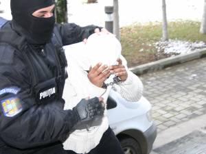 Vasile Munga, cel care vroia să-şi aducă cu forţa soţia şi copilul acasă,  a mai fost arestat preventiv, fiind cercetat în dosare de furt, dar şi pentru alte infracţiuni