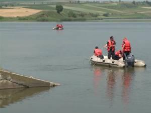 Pompieri de la Detaşamentul Fălticeni au efectuat operaţiuni de căutare cu o barcă pneumatică, cu dispozitive tip ancoră şi greblă