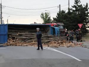 Un camion condus de un sucevean s-a răsturnat într-un sens giratoriu din Botoşani FOTO: Monitorul de Botoşani