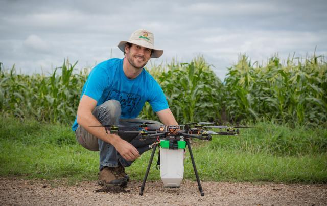Michael Godfrey şi drona care împrăştie insecte benefice pentru culturile agricole