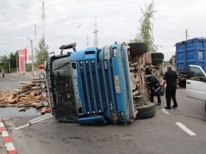 Colosul răsturnat şi încărcătura căzută pe carosabil au blocat parţial traficul din sensul giratoriu în jur de şapte ore. Foto: Monitorul de Botoşani