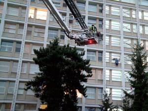 Bărbatul a ieşit pe un geam pe pervazul exterior şi a ameninţat că se aruncă în gol de la etajul V