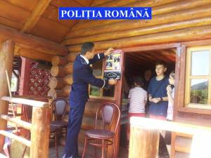 Materiale preventive, împărţite de poliţişti în zone turistice de pe raza judeţului