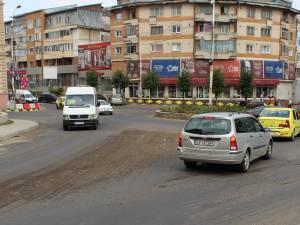 În intersecţia Mărăşeşti şi pe strada Mărăşti se lucrează, traficul fiind îngreunat