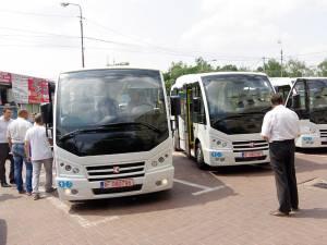 Microbuzele au fost aduse ieri după-amiază în parcarea Primăriei Suceava