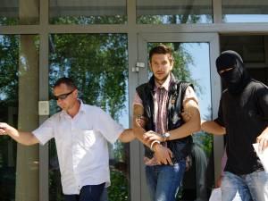 Joi după-amiază, procurorii DIICOT au dispus reţinerea pentru 24 de ore a tânărului din Siret, iar vineri au cerut arestarea preventivă a acestuia