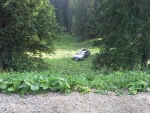 Autoturismul a căzut într-o râpă, la circa 25 de metri de locul în care fusese parcat iniţial