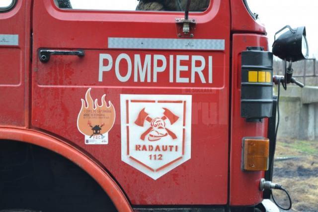 Incendiu puternic izbucnit la un depozit de furaje