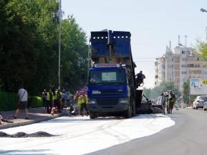 Asfaltarea zonelor din jurul sensului giratoriu din intersecţia Mărăşeşti s-a făcut ieri pe un sens de mers, iar astăzi va continua pe celălalt