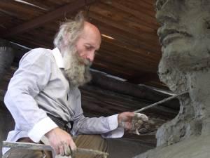 Mircea Dăneasă lucrând la monumentul lui Ştefan cel Mare care va fi amplasat la Gura Humorului