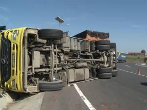 Camion încărcat cu lemn, răsturnat pe şoseaua de centură a Sucevei