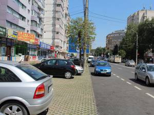 Locurile de parcare create în George Enescu sunt adesea ignorate de şoferi, care parchează unde au chef