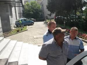 Petru Poroch a fost scos ieri după-amiază cu cătuşe la mâini din sediul Parchetelor sucevene