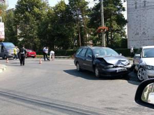 Şoferul autoturismului Audi a izbit Fiat-ul, după ce un alt şofer i-a dat prioritate primului