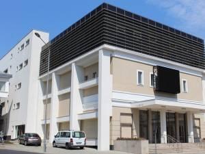 Panou publicitar uriaş, amplasat peste geamurile noii clădiri a Centrului Cultural Bucovina