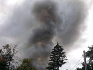 Incendiul a izbucnit după ce impactul lateral dintre autotrenuri s-a produs în zona rezervorului uneia dintre maşini