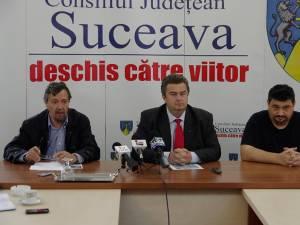Directorul adjunct al Muzeului Bucovinei, Ioan Mareş, preşedintele CJ, Cătălin Nechifor, şi directorul general al Muzeului Bucovinei, Emil Ursu