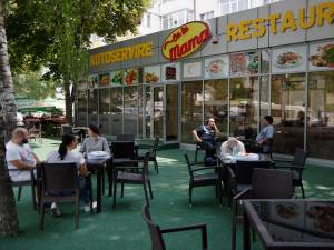 Terasa autoservirii permite clienţilor să mănânce ori sa se relaxeze în aer liber, la umbra copacilor